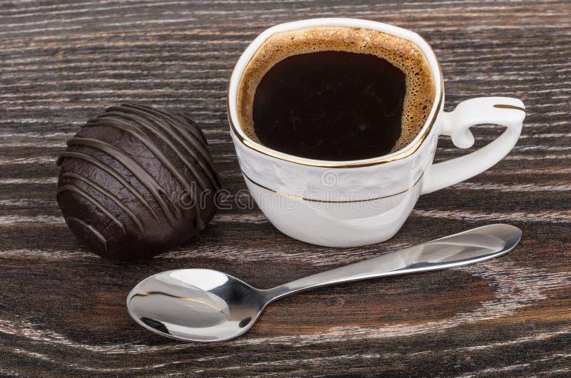 Шоколадный торт, горячий кофе и ложка на темной таблице стоковая фотография rf