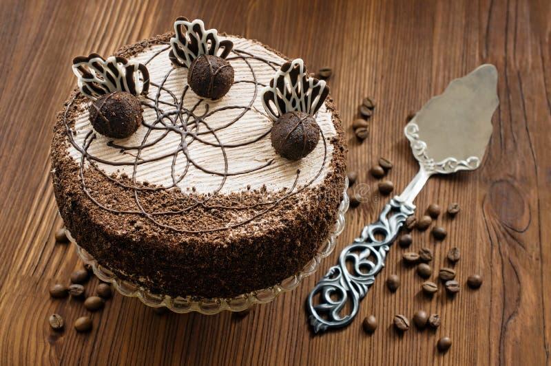 Шоколадный торт и шпатель года сбора винограда стоковое изображение rf