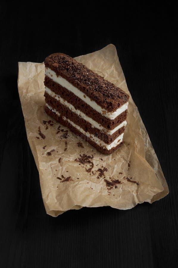 Шоколадный торт на пергаменте стоковые изображения rf