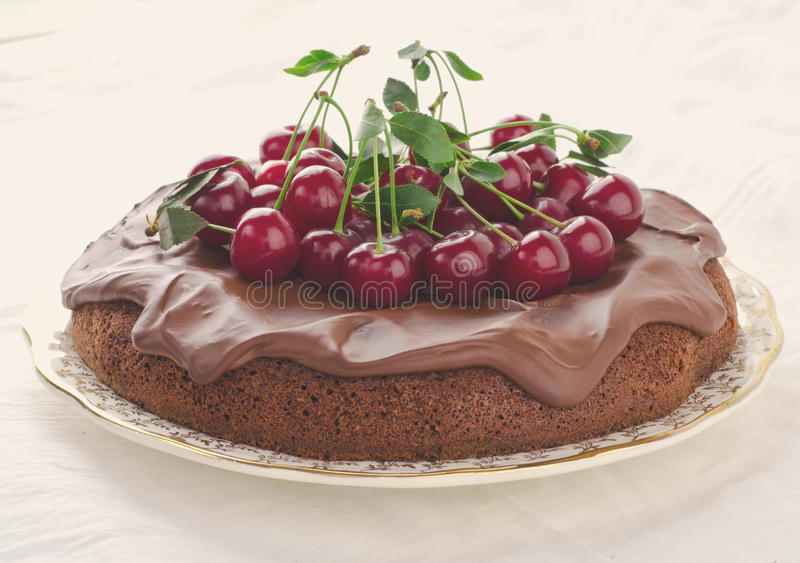 Шоколадный торт с вишнями и сливк ganache стоковые фото
