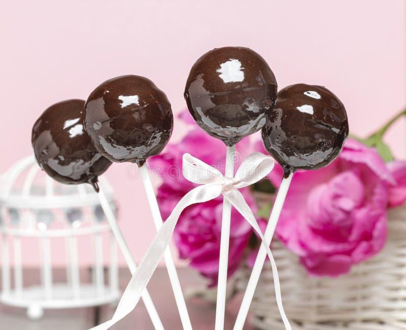 Шоколадный торт хлопает на розовой романтичной предпосылке стоковые изображения rf