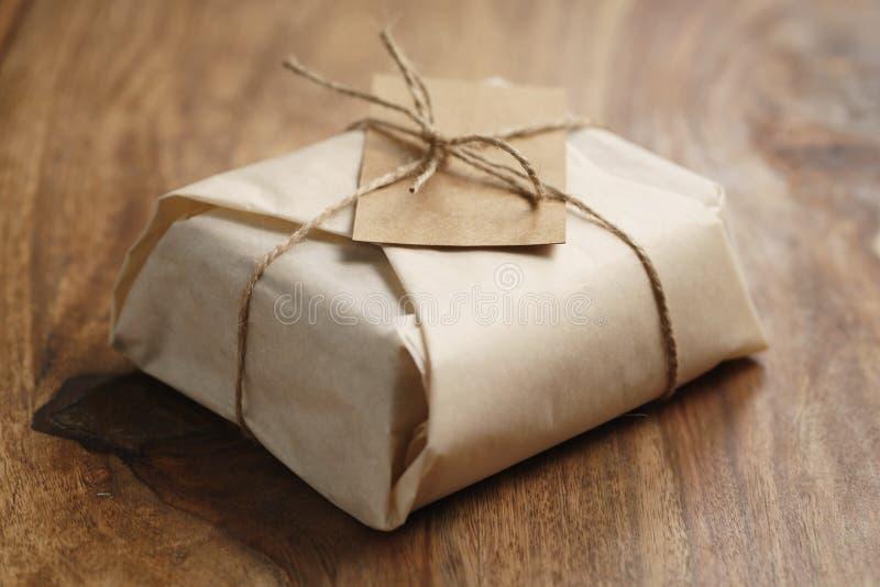 Шоколад обернутый с бумагой как подарок стоковые фотографии rf