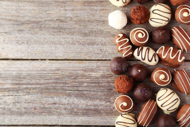 Шоколады на плите на серой деревянной предпосылке стоковые фотографии rf