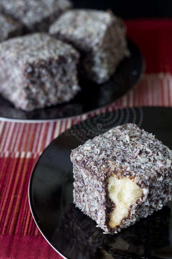 Шоколад Lamingtons - селективный фокус Vertica стоковое фото