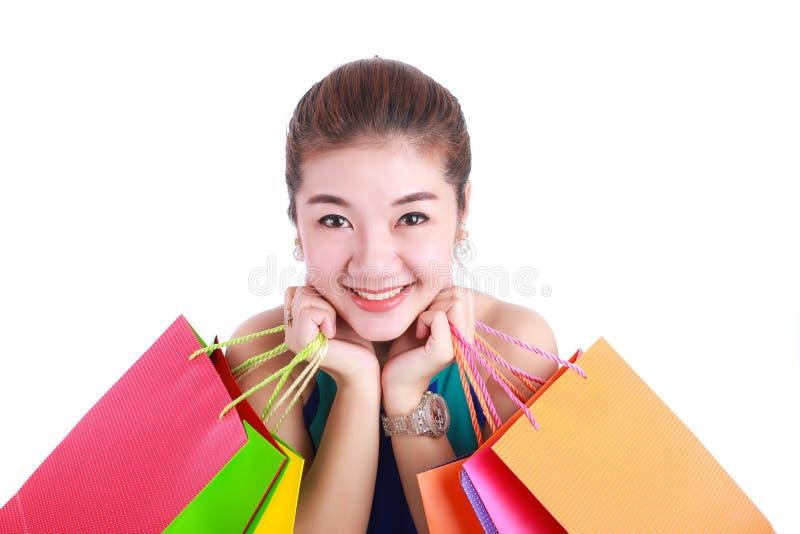 Шоппинг Портрет молодой счастливой усмехаясь женщины с хозяйственными сумками стоковые изображения rf