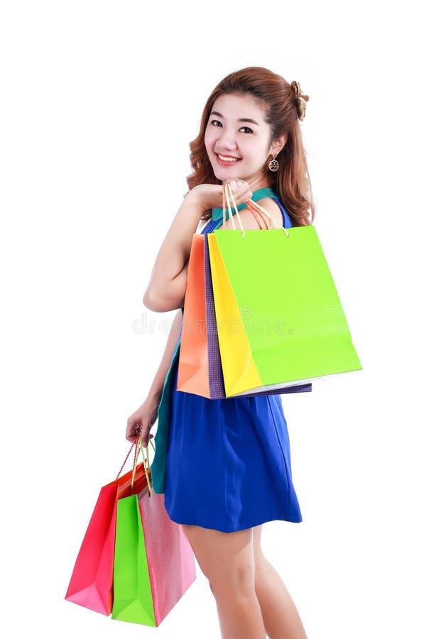 Шоппинг Портрет молодой счастливой усмехаясь женщины с хозяйственными сумками стоковые фото