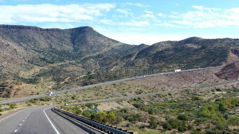 Шоссе в гористом ландшафте пустыни стоковое фото rf