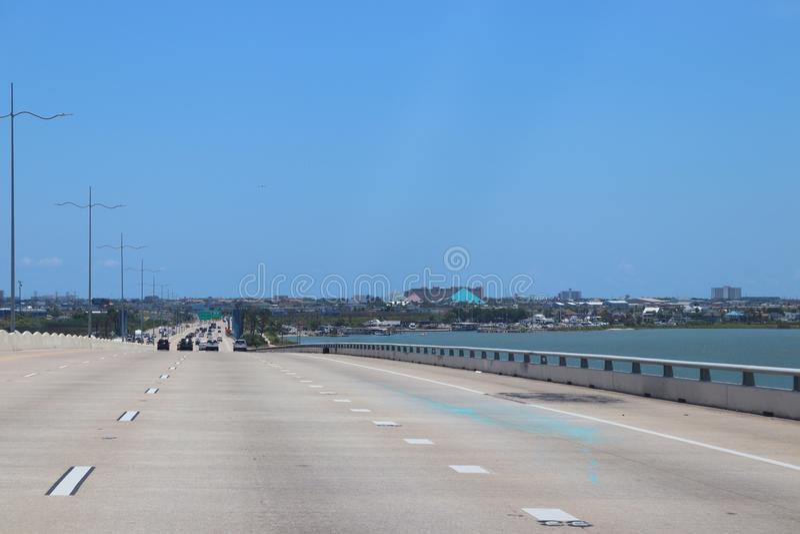 Шоссе в Техасе, Соединенных Штатах Америки Скоростное шоссе залива, мощёная дорожка к Галвестону, остров Галвестона Галвестона стоковая фотография rf