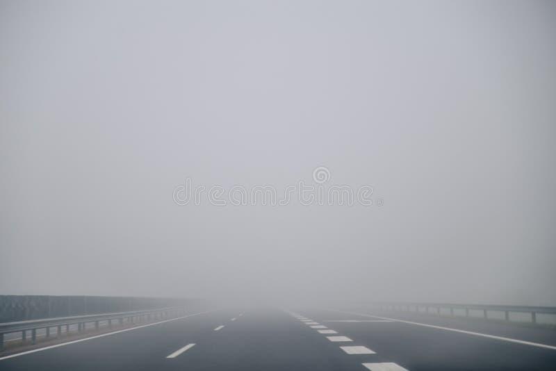 Шоссе в туманном времени стоковые изображения