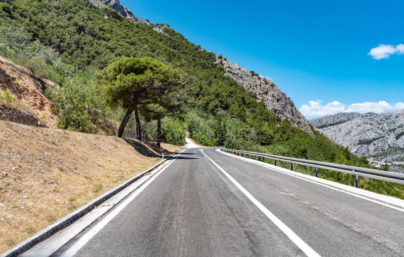Шоссе горы с голубым небом стоковое фото