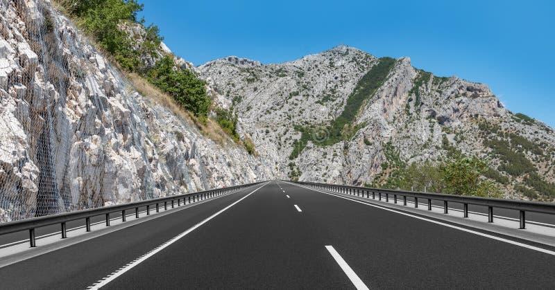 Шоссе горы с голубым небом стоковое изображение