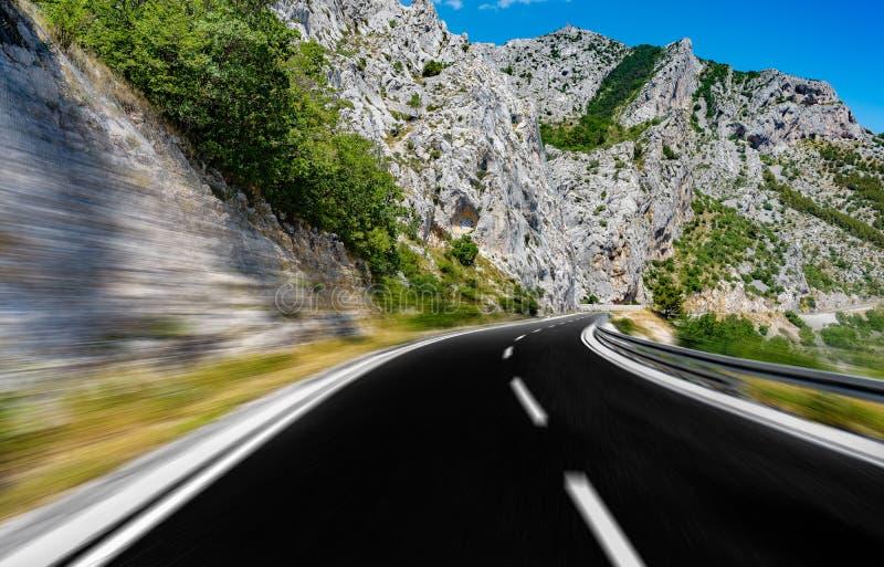 Шоссе горы с голубым небом стоковые фотографии rf