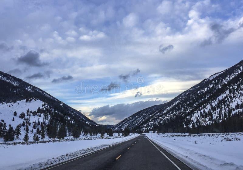 Шоссе зимы Монтаны стоковое фото rf