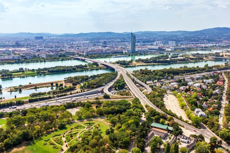 Шоссе и мосты Вены над Дунай, видом с воздуха стоковое изображение