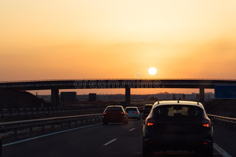 Шоссе на заходе солнца во время волны тепла, оранжевого солнца стоковое изображение