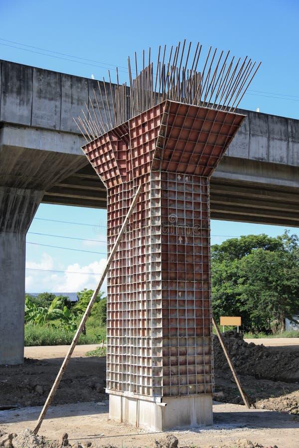 Шоссе под конструкцией, конкретной пристанью моста с видимыми трассировками рамок в месте строительства моста стоковая фотография