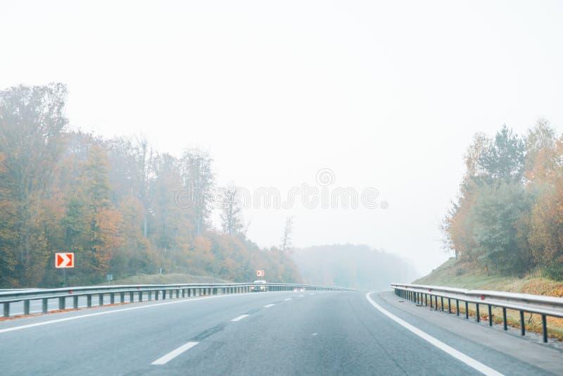 Шоссе с туманом на шоссе стоковые фото