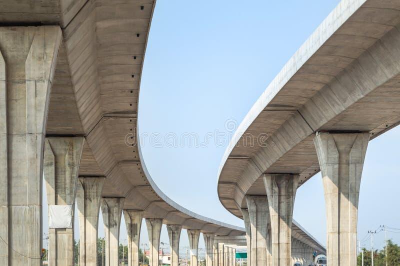 Шоссе Nakhon Ratchasima Bangpa кривой архитектуры междугороднее внутри к шоссе Korat в Таиланде во время конструкции стоковая фотография