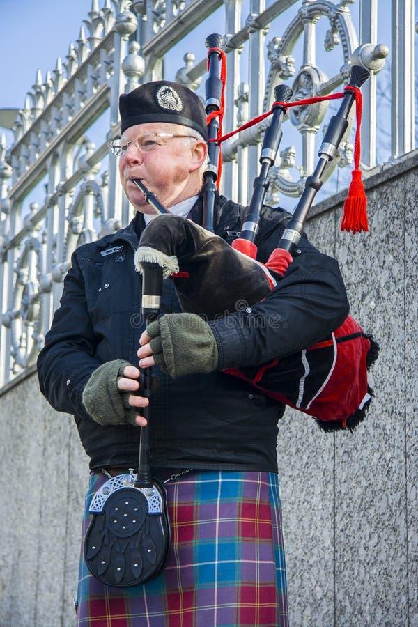Шотландский волынщик играя музыку с волынкой, Эдинбургом, Шотландией стоковые изображения rf