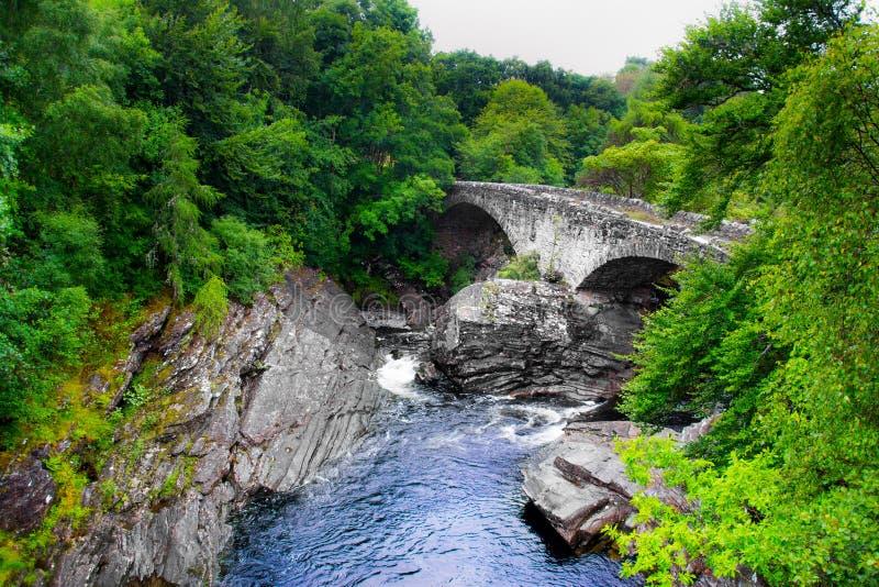 Шотландский старый мост в сельской местности стоковые фото