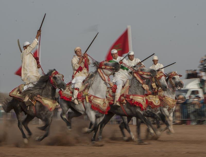 Шоу и предварительные квалификации для традиционной кавалерии вызвали ФАНТАЗИЮ или TBOURIDA в южном Марокко стоковое фото