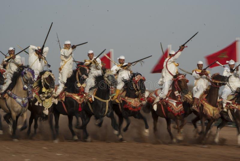 Шоу и предварительные квалификации для традиционной кавалерии вызвали ФАНТАЗИЮ или TBOURIDA в южном Марокко стоковое изображение