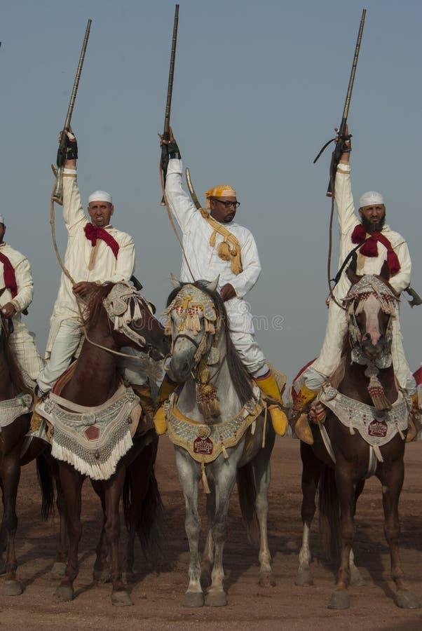 Шоу и предварительные квалификации для традиционной кавалерии вызвали ФАНТАЗИЮ или TBOURIDA в южном Марокко стоковые изображения