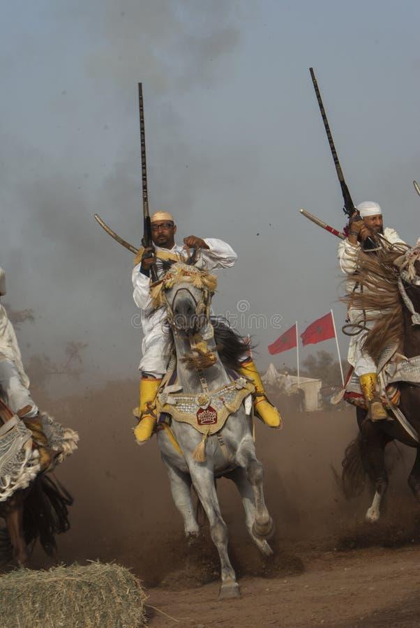 Шоу и предварительные квалификации для традиционной кавалерии вызвали ФАНТАЗИЮ или TBOURIDA в южном Марокко стоковое фото rf