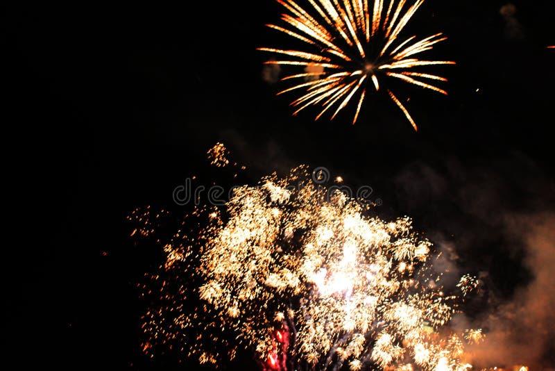Шоу огня Предпосылка ночи E Красивая предпосылка Салют Праздник рождества и Нового Года в ярких падающих звездах стоковая фотография