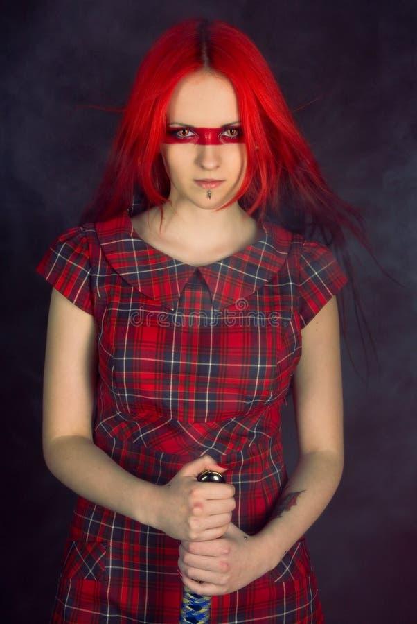 шпага красного цвета волос девушки стоковое фото rf