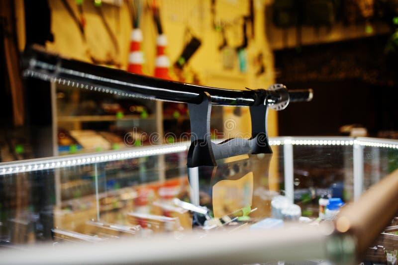 Шпага самураев на полках хранит оружия в центре магазина стоковая фотография rf