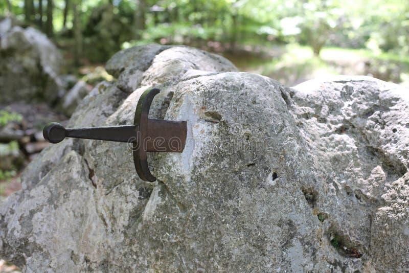 Шпага Excalibur в камне стоковые изображения