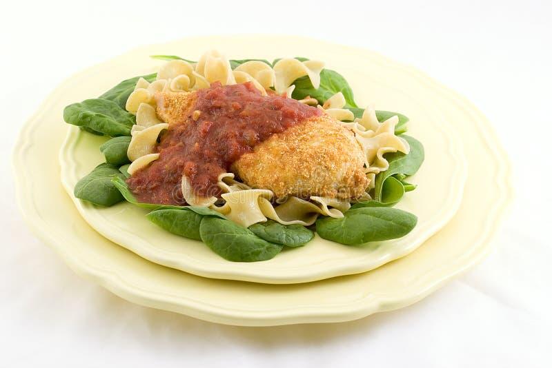 шпинат макаронных изделия цыпленка стоковое изображение rf