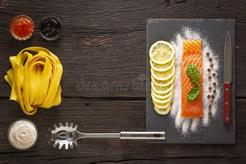 Шпинат, салат макаронных изделий, лимон, итальянская шлихта, макаронные изделия alfredo, соус, farfalle, fettuccine шпината, papp стоковые фотографии rf
