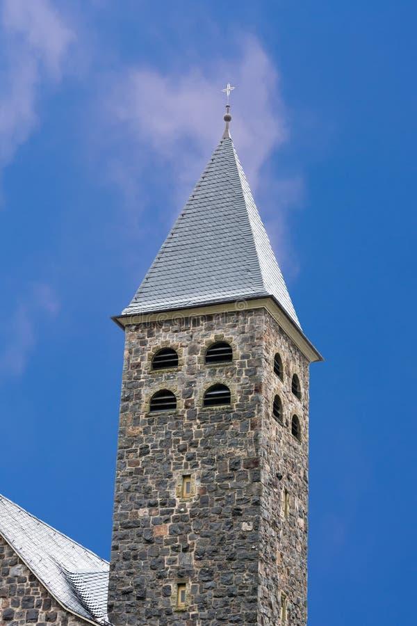 Шпиль католической церкви Antfeld в Sauerland, Германии стоковые фото