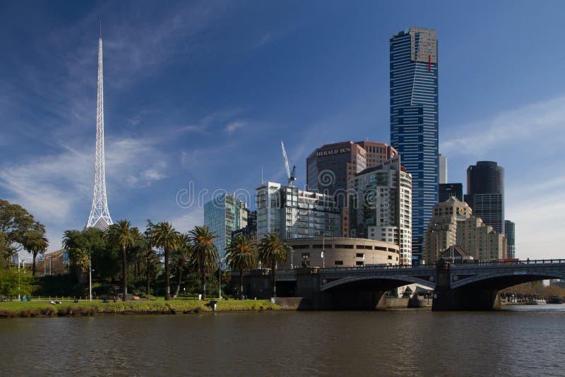 Шпиль центра искусств и южный берег Мельбурн стоковое изображение