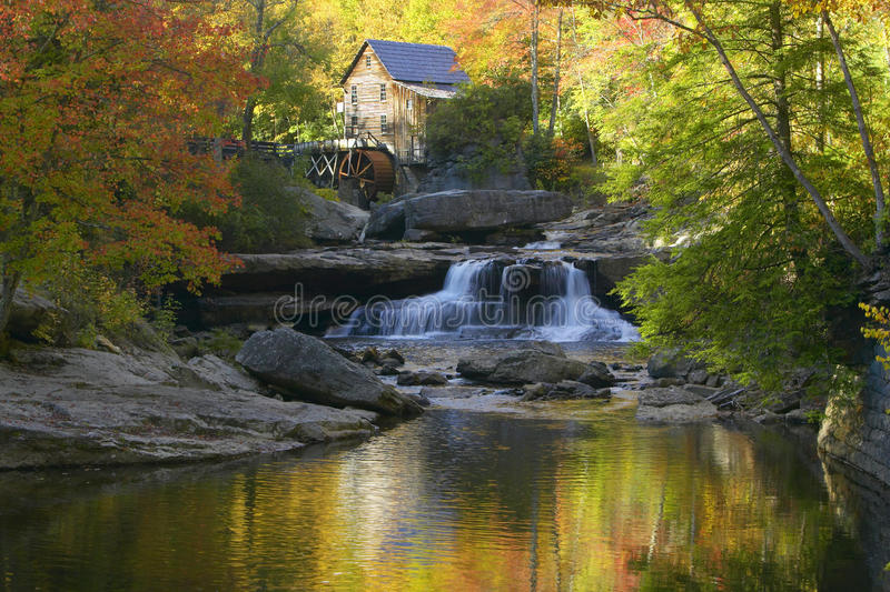 Шрот Mil заводи Glade и отражения и вода осени падают в Babcock парк штата, WV стоковые фото
