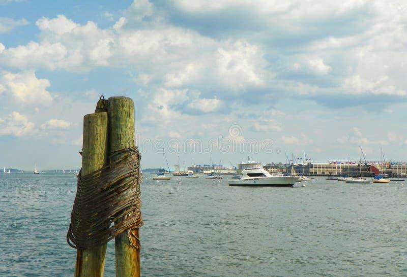 Штабелевка журнала с гаванью Бостона в предпосылке стоковая фотография rf