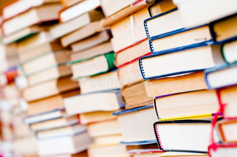 Штабелированная предпосылка книг стоковые фотографии rf