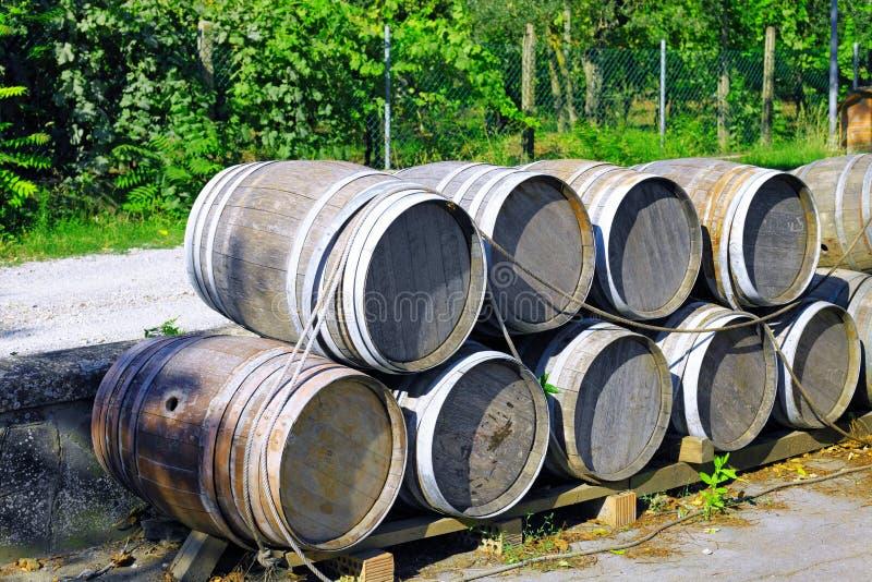 Штабелированные бочонки вина. Италия стоковые фотографии rf