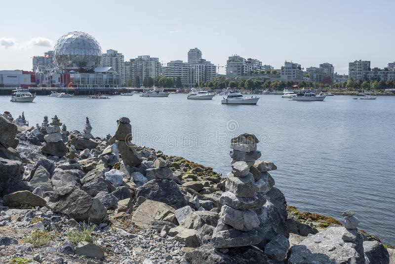 Штабелированные камни вдоль берега гавани Ванкувера стоковая фотография