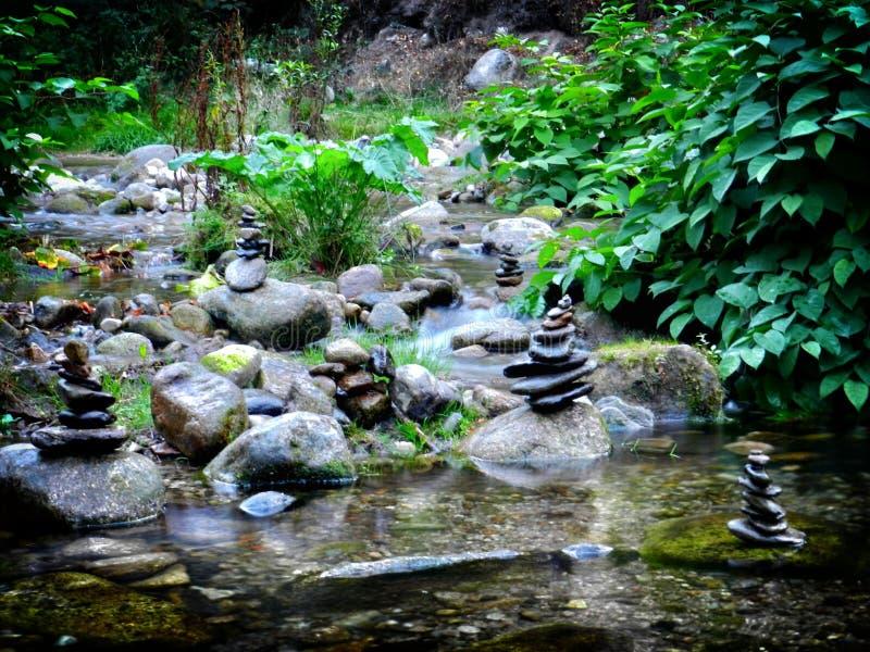 Штабелированные камни на реке стоковое изображение rf
