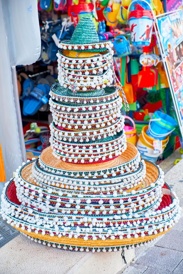 Штабелированные мексиканские sombreros на уличном рынке Традиционные красочные мексиканские шляпы sombrero стоковое изображение