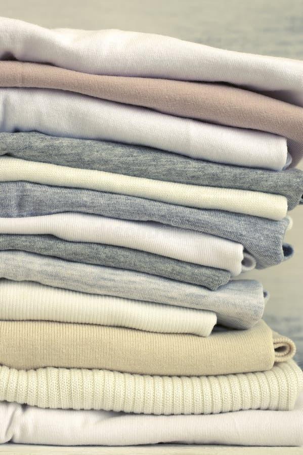 Штабелированные нейтральные покрашенные футболки стоковое изображение rf