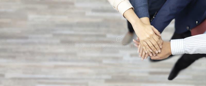 Штабелированные руки людей групп сыгранности дела, ютятся совместно, показывающ единство и сыгранность Космос взгляд сверху и экз стоковые изображения