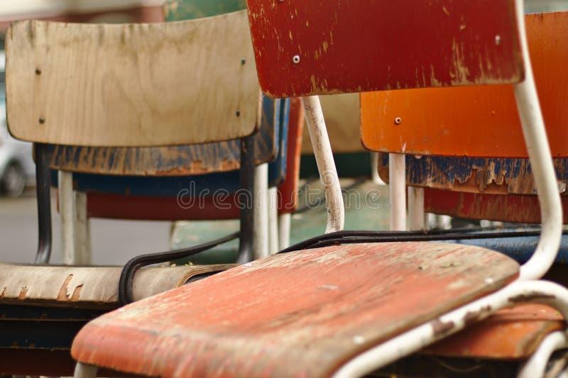 Штабелированные старые стулья стоковое изображение rf