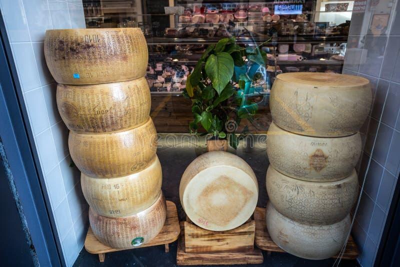 Штабелированные формы Reggiano пармезана, самый известный итальянский сыр на продаже в магазине стоковая фотография