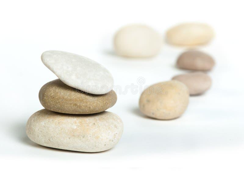Штабелированная изолированная белизна камней стоковое изображение