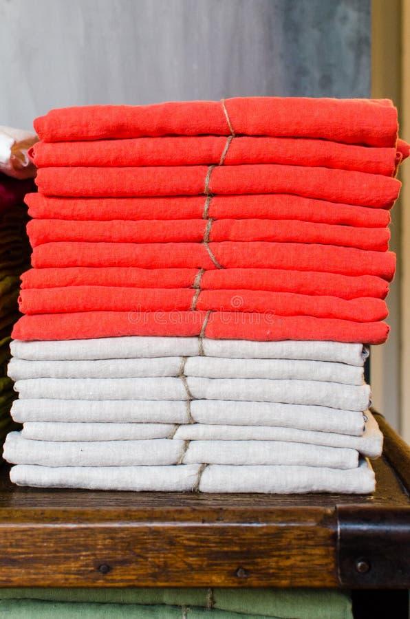 Штабелированное белье красное и белое на таблице стоковое изображение rf