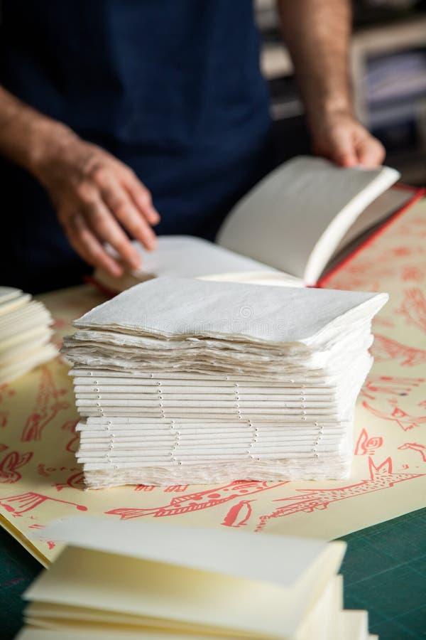 Штабелированные бумаги на таблице в фабрике стоковые изображения rf